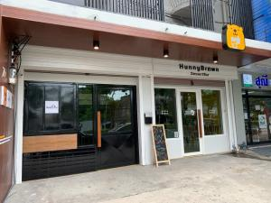 For RentOfficeWongwianyai, Charoennakor : Office building for rent, cafe, restaurant, in front of Charoen Nakorn - Rama 3 Road, behind Chao Phraya River view, with elevators, 2 booths, 6 floors.