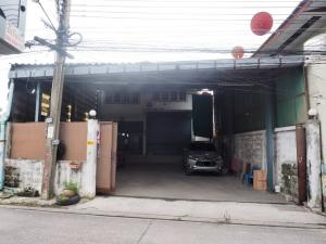 For RentWarehouseRathburana, Suksawat : Warehouse / factory for rent, 100 square meters, in Soi Suksawat 70, intersection 13, there are office rooms, bedrooms, bathrooms, parking for 5 cars, there is a kitchen area and a spacious usable area can place a lot of stuff.