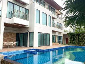 For RentHouseOnnut, Udomsuk : 3-storey house for rent Rama 9 area with private swimming pool near Airport link Hua Mak, ready to move in.