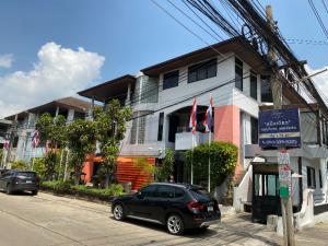 เช่าโฮมออฟฟิศเลียบทางด่วนรามอินทรา : ให้เช่า อาคารพาณิชย์ Home office ในหมู่บ้าน town in town ซอย 7 , 3 ชั้น จำนวน 4 อาคาร (เช่าคู่ได้) หลังมุม ค้าขายเห็นชัดเจนมาก