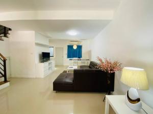 For RentTownhousePattanakan, Srinakarin : Townhome for rent, Pruksa Ville 73 on Pattanakarn 38, fully furnished.