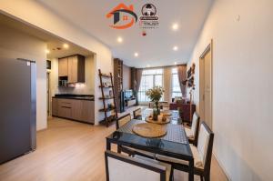 For SaleCondoRama9, RCA, Petchaburi : Condo for sale, The Capital Ekkamai-Thonglor, 4 bedrooms, 4th floor, free furniture.
