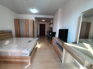 For RentCondoRama9, RCA, Petchaburi : Supalai Veranda Rama 9 Studio 30 sqm, 11th floor, building B, pool view, new room, never been rented, price 10,000 per month.