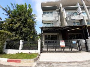 For SaleTownhousePattanakan, Srinakarin : Sale Townhome Town Avenue Rama 9 Town Avenue Rama 9, behind the corner of the park, Krungthep Kreetha 7, can park 4 cars.
