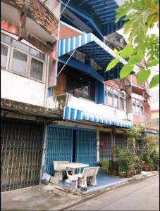For RentShophousePinklao, Charansanitwong : There are 3-storey commercial buildings for rent in Soi Charansanitwong 18. 2 bedrooms, 2 bathrooms