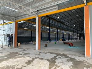 For RentWarehouseSamrong, Samut Prakan : Rent a new warehouse Usable area 2,327 square meters, floor load capacity 2 tons / square meter, office, bathroom, Thepharak Road, Nam Daeng Rental price 180,000 baht / m.