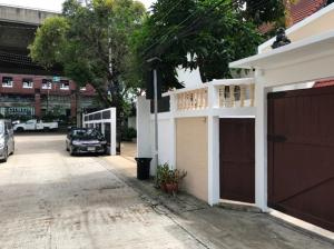 For RentHousePattanakan, Srinakarin : 2-storey detached house for rent on Rama 9 road, 5 air conditioners, no furnishings, 5 parking spaces, suitable as an office, Studio, company registration