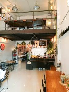เช่าพื้นที่ขายของ ร้านต่างๆบางนา แบริ่ง : ให้เช่าตึก ทำร้านกาแฟ 2 ชั้น ในเกสเฮาส์ 4 ชั้น ใกล้ BTS แบริ่ง ถูกที่สุด 25,000 ต่อเดือน (เกสเฮาส์ 20 เตียง 6 ห้องน้ำ) บี 0641466445 (CR003)