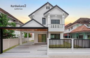 "For SaleHouseBang kae, Phetkasem : 2-storey detached house project # Sinsap Nakorn 2, Phetkasem, outstanding design All new renovations, the front garden zone does not hit anyone. On a potential location, convenient transportation, near The Mall Bang Khae and MRT ""Lak Song Station&quo"