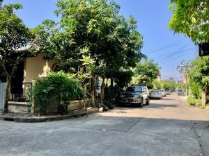 For SaleHouseYothinpattana,CDC : Land for sale along Ekamai-Ramindra Expressway. Land area of 50.5 square wa, Soi Pradit Manutham 7, one-story house, corner plot into the alley, about 300 m.