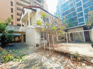 For SaleHouseSukhumvit, Asoke, Thonglor : House for sale in the heart of Sukhumvit 61, good location, beautiful location from the mouth of Soi Sukhumvit 61, only 350 meters, land size 84 square wah, near bts Ekkamai.