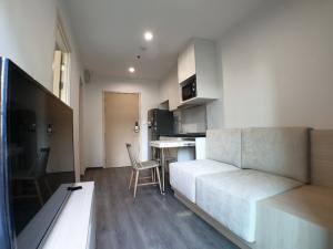 For RentCondoPattanakan, Srinakarin : For rent Condo Rich Park @ Triple Station, 1 bed, 28.5 sq.m., 5 min walk to airport link Huamak, Unit in shade and cool whole day