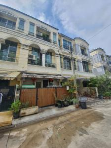 For SaleTownhousePattanakan, Srinakarin : 3-storey townhome for sale in the middle of the city Rama 9-Srinakarin, near BTS Huamark station, area 22 square meters, 3 bedrooms, 4 bathrooms (maid room 1)