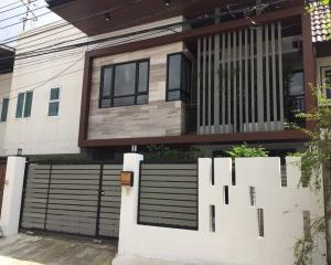 For SaleTownhouseSukhumvit, Asoke, Thonglor : 2 storey townhouse for sale, renovated after the whole Fully furnished, built-in, Soi Ekkamai 22, near Thai Christian School, land size 30 sq m, 3 bedrooms, 3 bathrooms.