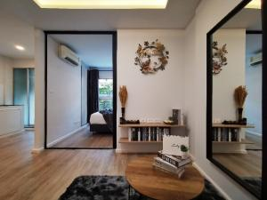 For SaleCondoRama9, RCA, Petchaburi : Urgent sale !!! Dcondo Ramkhamhaeng Soi 9, renovated, new modern style, 1 bedroom, 1 living room, 1 bath, 1 kitchen, wide room, 7,500 installments, ready to move in. Ready to submit a loan for free