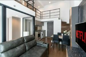For RentCondoRama9, RCA, Petchaburi : New room for rent, ideo new rama9, ready to move in, never rent a duplex room, ceiling height 4.5 m., Floor 22, size 50 sq m. 2 bedrooms, 1 bath or 1 bedroom, 1 working room / 1 dressing room (can be customized)