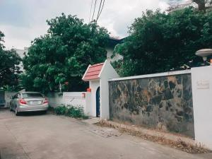 For SaleLandLadprao101, Happy Land, The Mall Bang Kapi : Land for sale with a detached house, Ladprao, Wang Hin 58, near Lotus Wang Hin, area 311 sq m. On the side is a canal, suitable for condos and apartments.