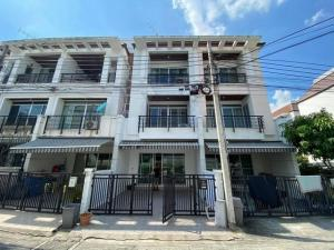 For RentTownhousePattanakan, Srinakarin : BPP93 3-storey townhome for rent, area 24 square meters, the village in the middle of the city, Royal Monaco, Soi Srinakarin 24.