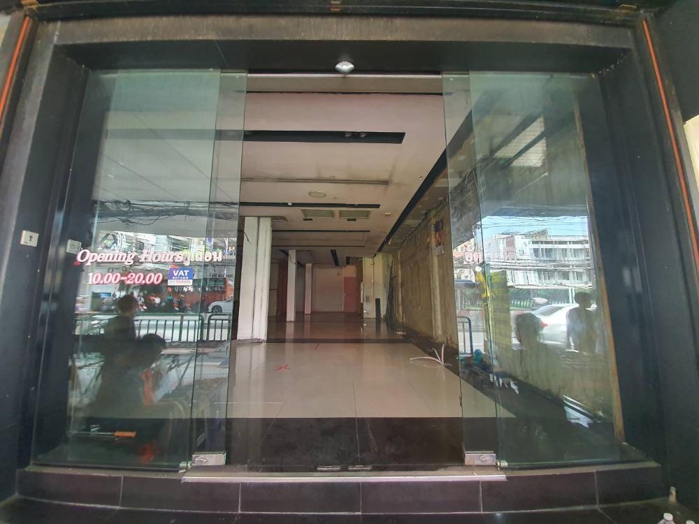 For RentShophouseRamkhamhaeng, Hua Mak : For rent, commercial building, 2 rooms, next to Ramkhamhaeng front, opposite BigC Huamark Town, next to Soi Ramkhamhaeng 24