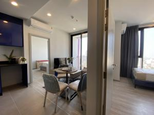 For RentCondoSukhumvit, Asoke, Thonglor : New condo for rent, beautiful decoration, XT Ekkamai, new furniture New appliances Good quality from Sansiri. 2 bedrooms, 2 bathrooms, separated, beautiful common area, Bar Skylounge, swimming pool, rooftop with Jacuzzi, good corporate