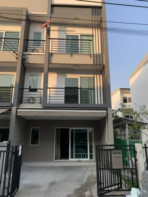For RentTownhousePattanakan, Srinakarin : Baan Klang Muang, Suan Luang, 3-storey townhome, corner back, land 25 sq m, area 178 sq m. 3 bedrooms, 3 bathrooms, with a garden on the side of the main road near the central garden Can support animals