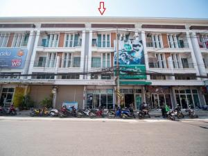 For SaleShophouseKorat KhaoYai Pak Chong : 3 and a half storey commercial building for sale on Burin Road near Termnial21 18 sq m. Price is lower than the bank appraisal !!