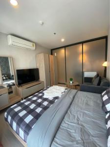 For RentCondoRama9, RCA, Petchaburi : Condo for rent Rhythm Asoke 2 14th floor RE63-0184.