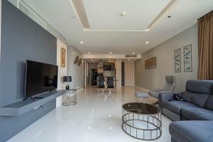 เช่าคอนโดสุขุมวิท อโศก ทองหล่อ : Pet Friendly condo for rent 3 bedrooms at Fullerton walking distance to BTS Ekkamai and BTS Thonglor