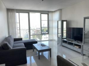 เช่าคอนโดสุขุมวิท อโศก ทองหล่อ : Pet Friendly condo 2 bedrooms for rent at Fullerton condo walking distance to BTS Ekkamai and BTS Thonglor ready to move in