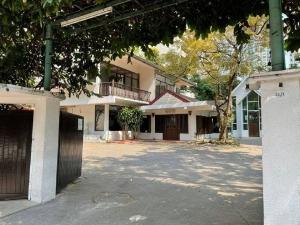 For RentHouseSukhumvit, Asoke, Thonglor : Land and house for rent on a large area of 270 sq m. Soi Sukhumvit 23, Soi Prasanmit, Wattana, near MRT Sukhumvit, BTS Asoke, MRT Phetchaburi, Asoke Port, Airport Link, Makkasan. Expressway entrance