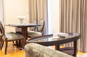 เช่าคอนโดสุขุมวิท อโศก ทองหล่อ : คอนโดหรู ใกล้พร้อมพงศ์ H condo sukhumvit 43 59.75 SQM 2 bedrooms 2 bathrooms Fully Furnished 45,000/Month