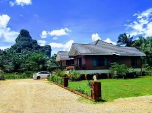 For SaleHouseKrabi : Villa for sale in the heart of the valley, Ao Luek District, Krabi, area 2 rai 2 ngan 93 sq m with buildings for sale 11,500,000 baht