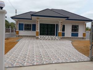 ขายบ้านตราด : ขายบ้านเดี่ยวสร้างใหม่ 100 ตรว. ตำบลแสนตุ้ง จ.ตราด ตกแต่งพร้อมอยู่ แถมฟรี ติดเหล็กดัด แทงค์น้ำ2 ถัง ปั๊มน้ำ กู้ได้เต็ม