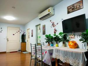For RentCondoPattanakan, Srinakarin : For rent The Seasons Srinakarin, near BTS Si Thepha 400 meters, price 8,500 baht