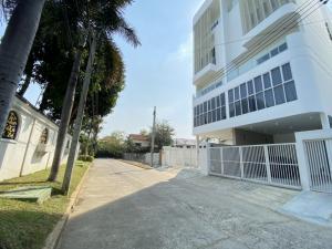 For SaleHome OfficePattanakan, Srinakarin : 5-storey home office for sale, White Wall Srinakarin, near MRT Suan Luang Rama IX and BTS Udomsuk, On Nut, Prawet, Srinakarin, Pattanakarn, Bangkok.