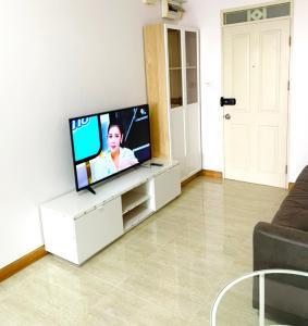 For RentCondoPattanakan, Srinakarin : Supalai Park Srinakarin Condominium for Rent, 52sqm with big park & swimming pool