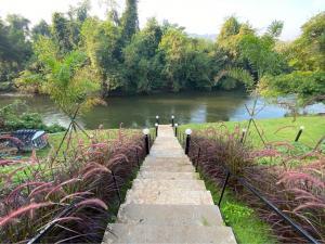 ขายที่ดินกาญจนบุรี : BS172 ขายที่ดินรวมบ้านพักตากอากาศใหม่พร้อมเครื่องใช้ไฟฟ้า เฟอร์นิเจอร์  และสระว่ายน้ำติดแม่น้ำแควใหญ่กว้าง45เมตร เนื้อที่1ไร่  อ.เมือง จ.กาญจนบุรี ราคา 18,000,000 บาท