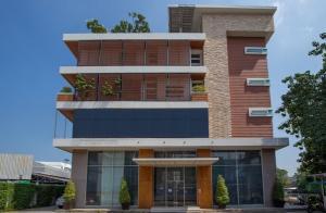 เช่าโชว์รูม สํานักงานขายพัฒนาการ ศรีนครินทร์ : For Rent ให้เช่าสำนักงาน / โชว์รูม 3 ชั้น สไตล์โมเดิร์น / Modern Style ทำเลดีมาก ติดถนนศรีนครินทร์ พื้นที่รวม 600 ตารางเมตร จอดรถได้ 15-18 คัน เหมาะเป็นสำนักงาน , คลินิกเสริมความงาม , IT Office อื่น ๆ