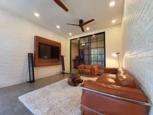 เช่าคอนโดสุขุมวิท อโศก ทองหล่อ : Rental : Luxury Penhouse in Ekamai Soi 1 , 3 + 1 Bed 3 Bath , 230 Sqm