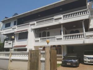 For RentHouseSukhumvit, Asoke, Thonglor : HR646 3-storey house for rent, area 100 sq m, behind the corner of Soi Sukhumvit 47, near BTS Thonglor. Suitable for living