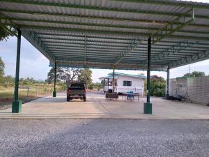 ขายที่ดินอยุธยา สุพรรณบุรี : ขายที่ดินพร้อมสิ่งปลูกสร้าง 1ไร่ 10  ตารางวา อยู่ในเขตเทศบาลหน้าสถานที่ท่องเที่ยวบึงฉวาก