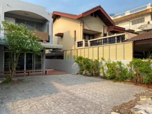 For RentHouseOnnut, Udomsuk : 2 storey detached house for rent in Pattanakarn area Muang Thong Village 2, Tub 1, Pattanakarn 74, fully furnished