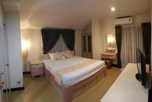 For RentCondoRatchadapisek, Huaikwang, Suttisan : Condo for rent, Prasert Suk Place, corner room, 2 bedrooms, 2 bathrooms.