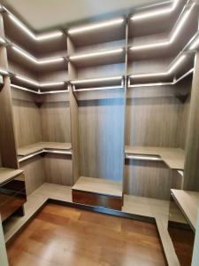 เช่าคอนโดสุขุมวิท อโศก ทองหล่อ : ให้เช่าด่วน Q สุขุมวิท 2ห้องนอน 2ห้องน้ำ 92ตร.ม ชั้นสูงมาก ห้องแต่งสวยจัด พร้อมเข้าอยู่ นัดชมได้ โทร 065-979-5246 โพสเตอร์