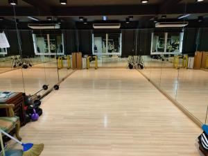For RentShophouseSukhumvit, Asoke, Thonglor : Rent a room for yoga or exercise. Next to BTS Asoke / MRT Sukhumvit