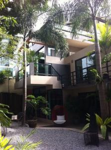 For RentHome OfficeRamkhamhaeng, Hua Mak : (RENTED) ** FOR RENT ** HOME OFFICE Single house Ramkhamhaeng area ABAC Rama IX usable area 1200Sqm. Ground floor can be used as office 130 sq m. Upstairs can be used for living, 5 bedrooms, 5 bathrooms, 110,000 baht / month. If you like, negotiate the co