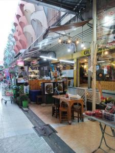 For RentShophouseLadprao101, The Mall Bang Kapi : Commercial building for rent, good location, 1 booth, ready to move in Happyland Community District - Ladprao - Ramkhamhaeng Nearby is a hostel. Crowded inhabitants