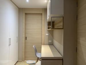 เช่าคอนโดสีลม ศาลาแดง บางรัก : KLASS Silom, 1 bedroom, 33 Sqm., 4th floor, for rent 20,000 THB/month.Ready to move, contact Naya 0892021428Fully furnished with built-in and kitchen appliances:- Android TV- 2in1 Washing & Drying machine - Water filter- Hood, Hob kitchen- re