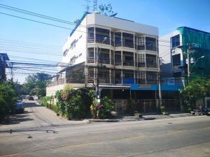 ขายโฮมออฟฟิศพัฒนาการ ศรีนครินทร์ : ขายโฮมออฟฟิศ 4 ชั้น   เสรีมาร์เก็ต ห้างเดอะไนน์ พระราม 9  เป็นอาคารหลังมุมติดถนนสองด้าน