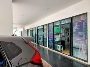 เช่าพื้นที่ขายของ ร้านต่างๆวิภาวดี ดอนเมือง หลักสี่ : ให้เช่าห้องทำร้านค้า ใต้คอนโด รีเจ้นท์ โฮม 18 หลักสี่ คนอยู่เยอะ ทำเลดี ใกล้สถานีรถไฟฟ้า มีจำนวนห้อง 1,490 ยูนิต ลูกค้าภายนอกสามารถเข้ามาใช้บริการได้ จอดรถฟรีได้ 3 ชม.